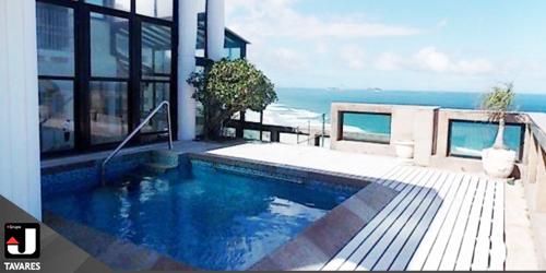 Cobertura duplex em prédio de luxo, em frente à praia da Barra da