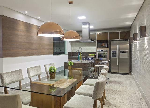 Sala de jantar e cozinha viram um só neste projeto aconchegante e
