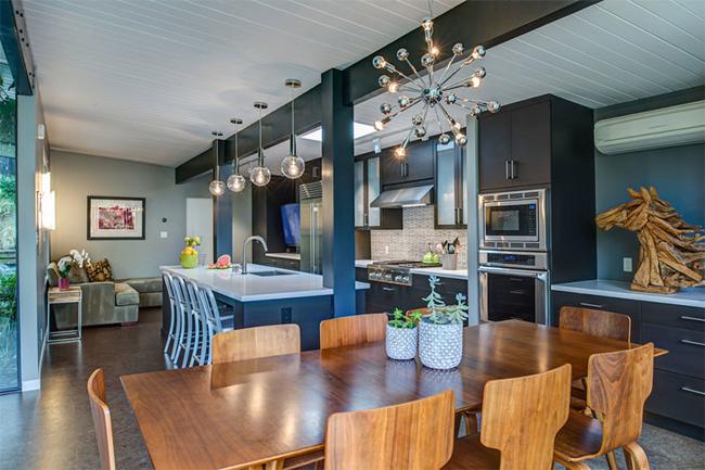18-sala-de-jantar-integrada-com-cozinha-e-estar-mesa-e-cadeiras-de-madeira