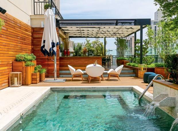 1cobertura-churrasqueira-pleomeles-pedras-hijau-piscina-placas-marmore-travertino-bruto-tanque-cascata-jardineiras-beiral-madeira