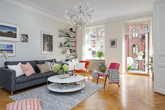 1-sala-objetos-coloridos-piso-de-madeira