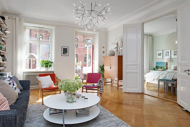 2-sala-objetos-coloridos-piso-de-madeira
