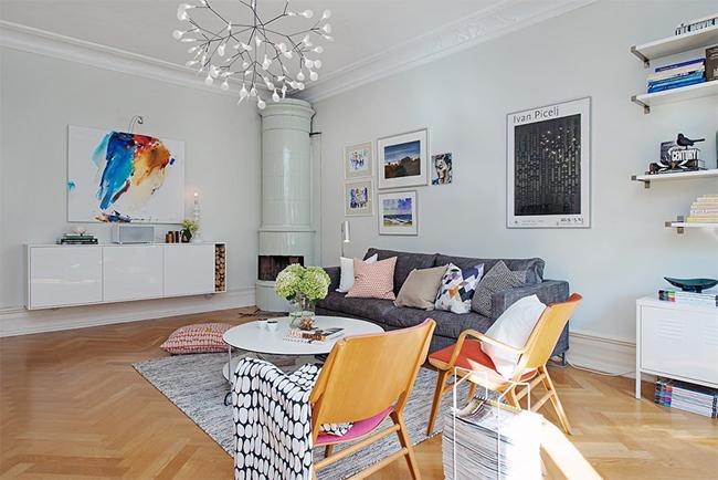 3-sala-quadros-coloridos-piso-de-madeira