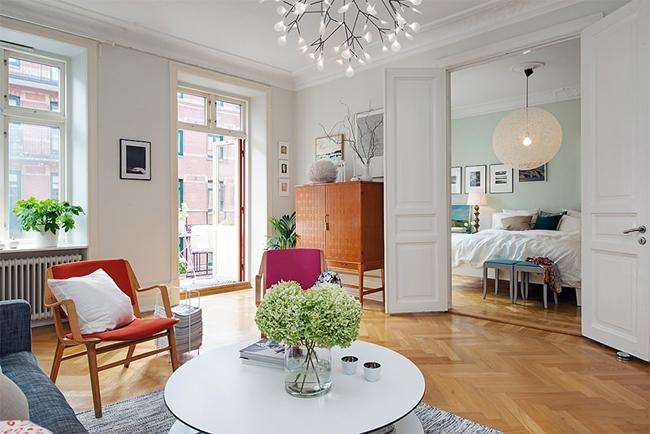 4-sala-objetos-coloridos-piso-de-madeira