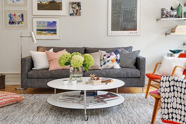 5-sofá-cinza-com-almofadas-coloridas