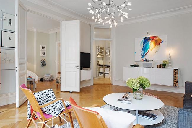 6-sala-objetos-coloridos-piso-de-madeira