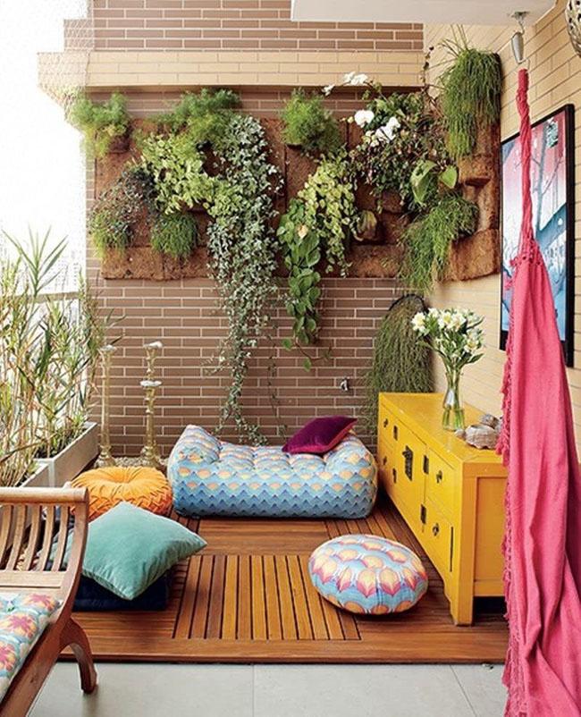 6-sacada-com-plantas-deck-e-almofadas