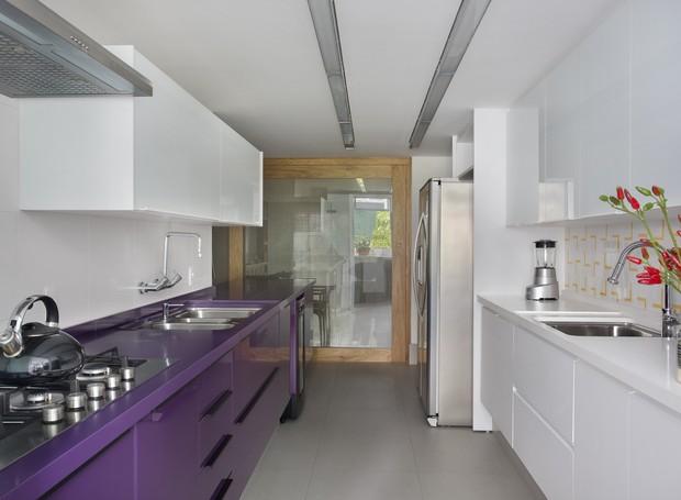 2- yamagata-arquitetura-leblon-rj-cozinha-balcao-roxo