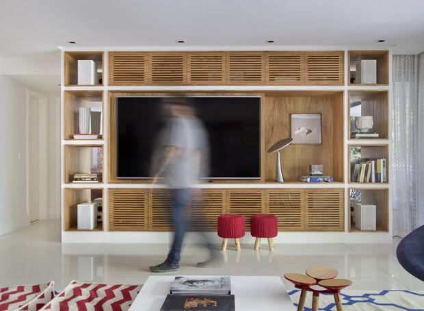 4 - yamagata-arquitetura-leblon-rj-estante-sala-de-tv-marcenaria