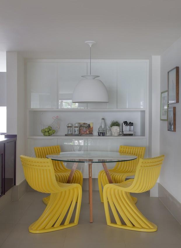 5 - yamagata-arquitetura-leblon-rj-copa-cadeiras-amarelas-mesa