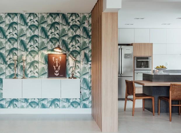 1 hall-de-entrada-papel-de-parede-marcenaria-painel-ripado-cozinha-bancada-cadeiras