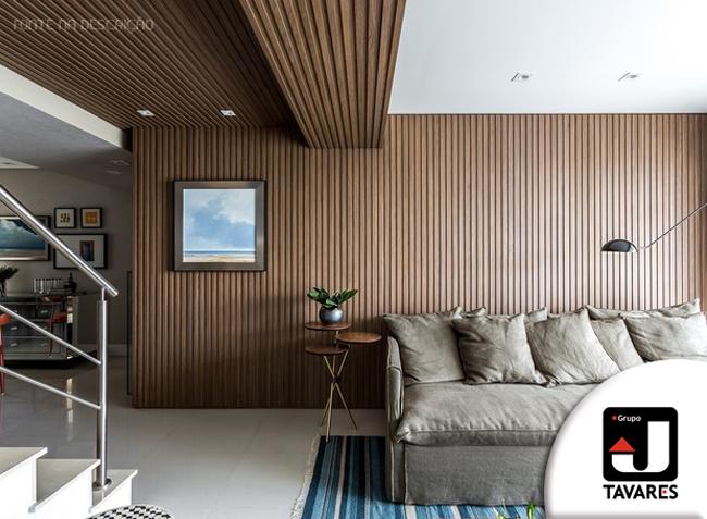 1-sala-de-estar-painel-ripado-madeira-sofa-tapete-quadro-escada