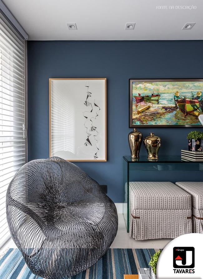 2-sala-de-estar-poltrona-metalica-tapete-parede-azul