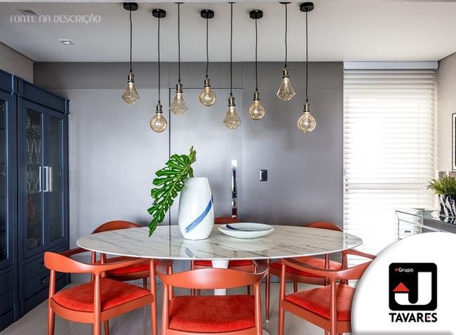 3-sala-de-jantar-cadeiras-laranjas-parede-azul-luminarias