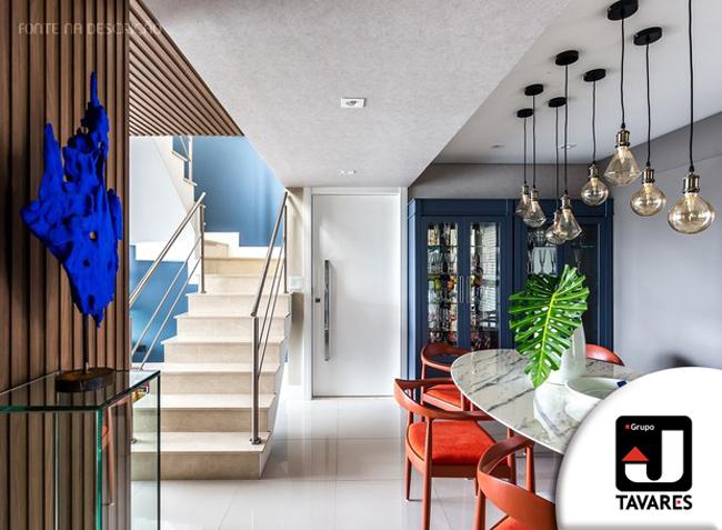 4-sala-de-jantar-painel-ripado-cadeiras-laranjas-luminarias-escultura